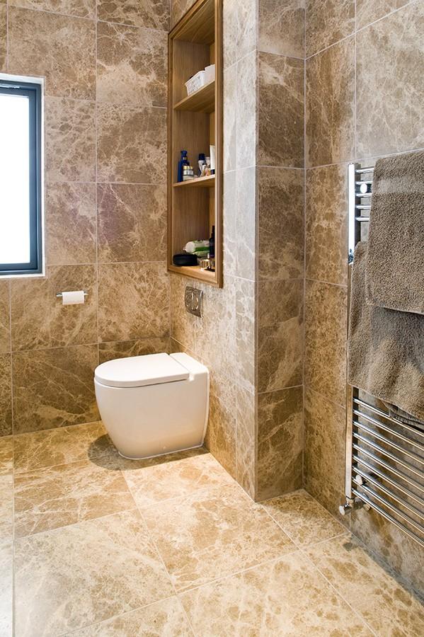 Облицовка стен в ванной комнате мрамором Emperador Light